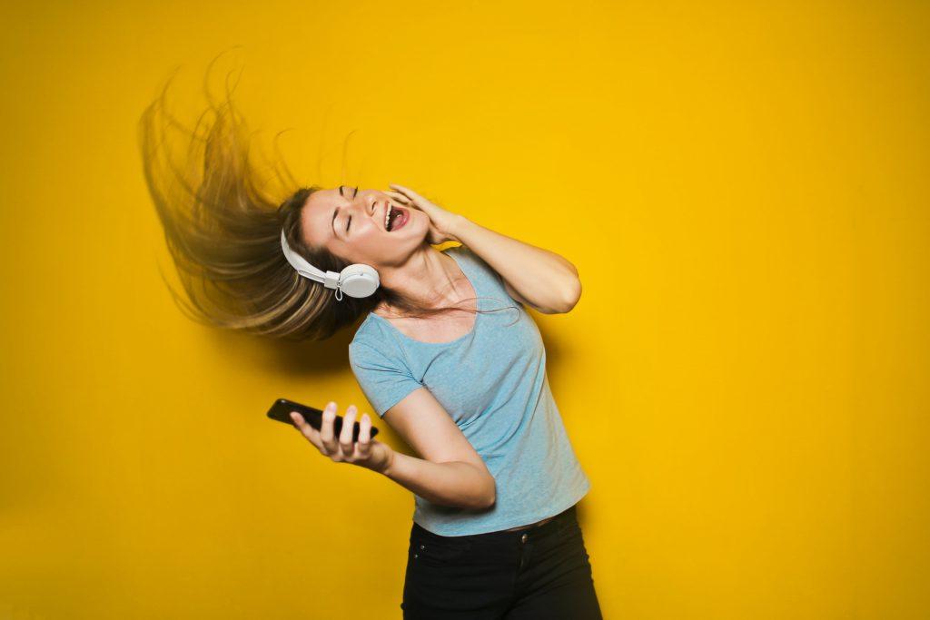 Ragazza ascolta musica