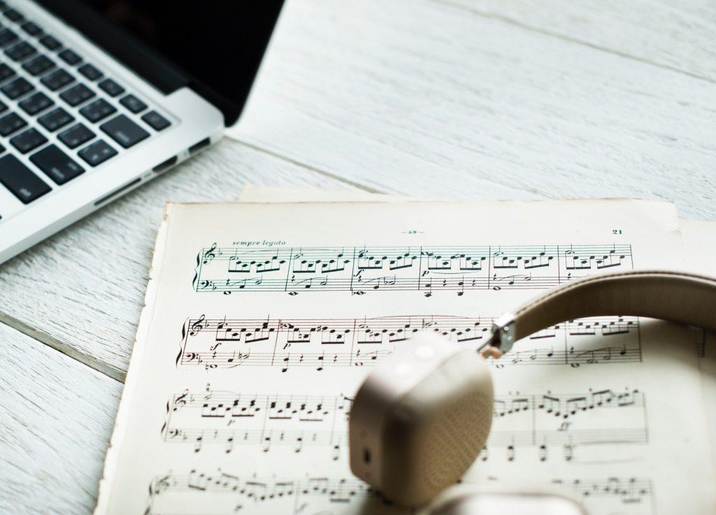 Musica, spartiti e cuffie