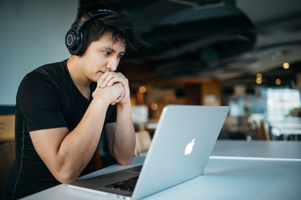 Ragazzo ascolta musica