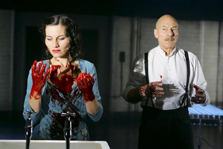 Lady Macbeth dice a Macbeth di lavare le mani per lavar via il senso di colpa per l'omicidio di Re Duncan
